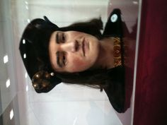 Richard's re-created head, behind glass in Leicester. His newly discovered skull was the basis for the likeness.