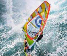 Wave-Segel! Hier findet ihr das  richtige Wave Segel für jede Bedingung. Wavesegel sind für das Surfen gemacht und dort zählen der Wellenritt und Sprünge, so hoch, wie möglich.  Man unterscheidet Wavesegel nach Ihren On- Shore und Side bzw. Dow-The-Line-Eigenschaften (Onshore- auflandig, Sideshore- Wind parallel zum Ufer; Down-The- Line- Wellenabreiten. Bei den Wavesegeln haben sich in den letzten Jahren drei Leistungensmerkmale, als  Grundtypen herauskristallisiert.