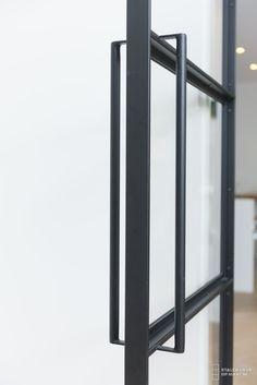 Stalen taatsdeur hoekprofiel zichtbaar geschroefd