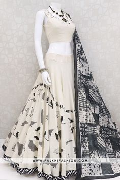 8 meter full flair beige navratri chaniya choli set from palkhi fashion.blouse with mirror work.black artistic dupatta enriched with appealing pattern. Indian Fashion Dresses, Indian Gowns Dresses, Dress Indian Style, Indian Designer Outfits, Designer Punjabi Suits, Fashion Skirts, Indian Wedding Outfits, Bridal Outfits, Indian Outfits