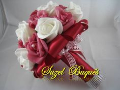 Lindo Buquê produzido com rosas super delicadas de e.v.a. em Marsala e Branco, pétalas fininhas como uma pétala de rosa natural, aparência e textura super próximas às rosas naturais! <br> <br>Detalhes do Buquê: <br> <br>*Aproximadamente 34 rosas. <br>* Fitas de cetim envolvendo a haste; <br>* Laço duplo de cetim na cor Lilás e Roxo; <br>* Strass Prata no cabo. <br>* Meia - Pérola em todas as Flores. <br>* Pontos de Luz Espalhados pelo Buquê. <br> <br>Altura: 26 cm <br>Circunferência: 64 cm…