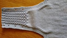 Manetes d'Or: Patrón cubrepañal. Baby Knitting Patterns, Knitting For Kids, Baby Patterns, Crochet Baby, Crochet Bikini, Knit Crochet, Tricot Baby, Baby Pants, Dress With Cardigan