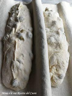 PANE ALLE OLIVE CON FARINA DI GRANO DURO Focaccia Pizza, Bread Recipes, Cooking Recipes, Baguette, Olive Bread, Piece Of Bread, Easy Bread, Zucchini Bread, Ciabatta