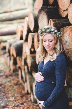 Een bijzondere zwangerschapsfotoshoot bij het bos van Lage Vuursche. Een geweldig idee voor als je ind e herfst zwanger bent. #zwangerschapsfoto #zwanger #zwangerschapsfotoshoot #bos #herfst