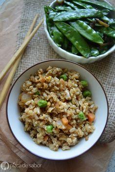 Cómo hacer arroz frito (con arroz integral) - Pizca de Sabor Arroz Frito, Vegetarian Recipes, Healthy Recipes, Healthy Food, Brown Rice, Fried Rice, Sushi, Favorite Recipes, Vegan