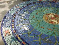 Mosaico é a técnica, muito antiga, de embutir pequenas peças (de pedra, cristais, vidro, cerâmica, plástico, etc) formando um desenho. Sepa