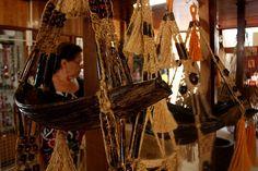 Detalhe de trabalhos encontrados no Centro de Artesanato, edifício anexo ao Mercado Municipal. O local serve, desde 1974, para a exposição e venda de objetos confeccionados por artesãos de Boa Vista e indígenas de todo o estado MAIS Eduardo Vessoni/UOL