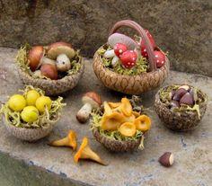 Etsy Transaction - scale Dollhouse / Miniature Fairy House Food - Mushrooms, chestnuts and plums. By Lory on We Heart It Mini Fairy Garden, Fairy Garden Houses, Fairies Garden, Diy Jardim, Fairy Food, Fairy Garden Furniture, Garden Bed, Acorn Crafts, Fairy Crafts