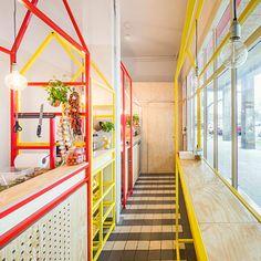 En Varsovia, Polonia, podemos encontrar este negocio de baguettes rellenas llamado Serwus. Los arquitectosMFRMGR se han inspirado para realizar este proyecto en los puestos de mercado que había en...