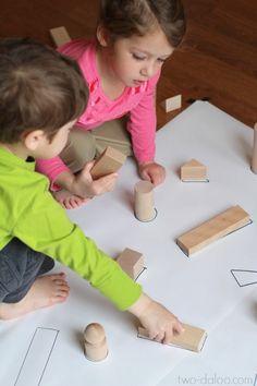 Inhoud: verschillende vormen in blokken, papier waar de blokken zijn op getekent. Uitleg: op papier zijn de vormen van de blokken getekent en de peuters moeten proberen deze blokken op de juiste plaats te leggen op het papier.