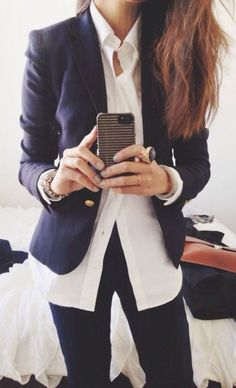 Casual chic, work style —> navy blazer, white buttoned-down + dark jeans (that statement ring is also pretty fab) THIS IS HOW TO ROCK A CASUAL FRIDAY ladies 40 + just add boot cut jeans. Mode Style, Style Me, Casual Chic, Look Office, Office Chic, Office Style, Moda Formal, Look Blazer, Blazer Shirt