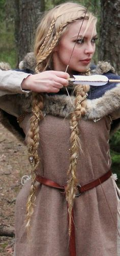 Viking Braids: Beautiful Hairstyle of The Viking Queen. Would love to see my hair like this. Viking Queen, Viking Woman, Viking Art, Vikings Hair, Renaissance Hairstyles, Viking Hairstyles Female, Viking Braids, Hair Dos, Hair Inspiration