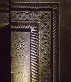 Ciumarna.portal intrare det - Biserica de lemn din Ciumărna - Wikipedia Chip Carving, Wood Carving, Dream Symbols, Seed Of Life, Flower Of Life, Sacred Geometry, Traditional Art, Folk Art, Woodwork