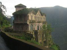 Construit en 1923, l' Hotel del Salto se trouve à côté des cascades de Tequendama, en Colombie. Autrefois un grand hôtel, il a été abandonné et laissé à se détériorer par temps chaud. L'hôtel était autrefois animé, très probablement au paysage magnifique, et était en opération depuis 60 ans. Ce bâtiment spectaculaire est aussi le théâtre d'une abondance d'occurrences paranormales signalées. Tragiquement, il a été le théâtre d'un certain nombre de suicides au cours des années et serait hanté…