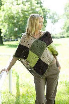 Poncho with solid granny squares. This looks easy enough! Mom made me a poncho when I was little, luved it! Col Crochet, Crochet Diy, Crochet Poncho Patterns, Crochet Shawls And Wraps, Crochet Motifs, Crochet Jacket, Crochet Woman, Crochet Afghans, Crochet Squares