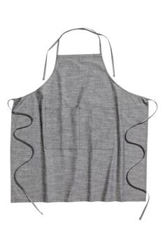 Chambray apron: Apron in cotton chambray with ties at the back of the neck and back and two patch pockets.