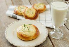 Drożdżówki z twarogiem – pachnące rozmarynem i cytrusami Camembert Cheese, Dairy, Food, Essen, Meals, Yemek, Eten