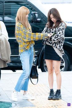 See all BLACKPINK Jisoo, Jennie, Rosé and Lisa airport photos and videos at Incheon International Airport on October 2018 heading to Japan Blackpink Fashion, Kpop Fashion Outfits, Korean Outfits, Korean Fashion, Jenny Kim, Outfit Invierno, Airport Style, Airport Fashion, Blackpink Photos