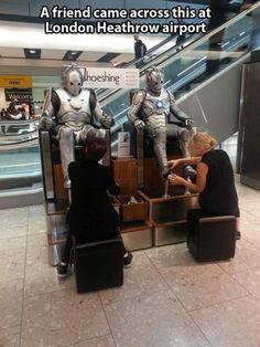"""""""A friend came across this at London Heathrow Airport."""" Cybermen… getting their """"shoes"""" shined. It's things like this and them dancing the macarena (in Doctor Who Confidential) which make Cybermen much less scary. XD …Via themetapicture. Doctor Who, 10th Doctor, Dr Who, Geeks, Serie Doctor, Fandoms, Don't Blink, Torchwood, Time Lords"""