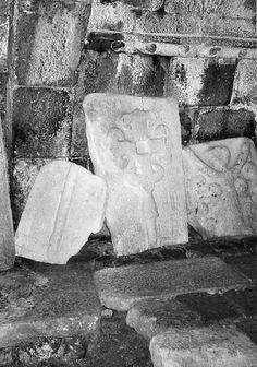 Estas lápidas con cruces y con la figura brazos en alto, son distintivas de la zona.