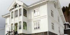 Bilderesultat for vindu sveitservilla Old Houses, Small Houses, Terrace, Entrance, Porch, Multi Story Building, Villa, Exterior, Cabin