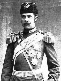 An unidentified Russian officer wearing a Pattern 1882 Infantry general's service hat in a 'la Russe' Style.