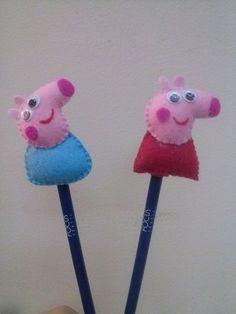 Personagens Peppa e George confeccionado em feltro, colocados nas ponteiras de lápis. Já incluso lápis preto. Pedido mínimo de 10 peças. R$ 3,50 Felt Diy, Felt Crafts, Diy And Crafts, Peppa Big, Peppa E George, Pencil Toppers, Pig Party, Simple Gifts, Felt Dolls
