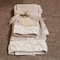 """Set di due asciugamani """"viso ospite""""  in spugna di cotone e applicazioni di lino, in colore grigio chiaro.  La bordatura di lino è decorata con ricamo a rose in tinta su tinta. Molto bello in abbinamento al tappeto da bagno dello stesso colore.  Misure: asciugamano piccolo cm40 x 60,asciugamano grande cm 60 x 110  http://www.homefoulie.it/shop/index.php?id_product=204&controller=product&id_lang=6"""