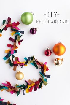 DIY Felt Garland: How gorgeous would this be on a tree strung with simple white lights? Only using the Felt Christmas Garland as decoration? Diy Christmas Garland, Noel Christmas, Bohemian Christmas, Christmas Ideas, Felt Christmas Trees, Christmas Tree Colored Lights, Colorful Christmas Tree, Christmas Parties, Christmas Vacation