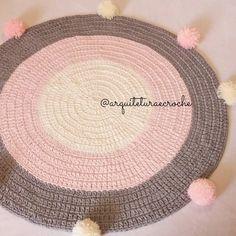 O queridinho.. . . #crochet #croche #handmade #fiodemalha #feitocomamor #feitoamao #trapilho #totora #knit #knitting #decor #quartodebebe #baby #ac_tapete #tapeteparasala #carpet #gestante #tapeteparabebe #tapeteparamenina #mamae #quartomontesoriano #tapetedepompom #crochetaddict #maedemenina #maedeprincesa #babygirl #pompom #tapeteredondo #tapetesobmedida #tapeterosa