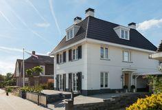 Villa Thibault is een statige klassieke villa.