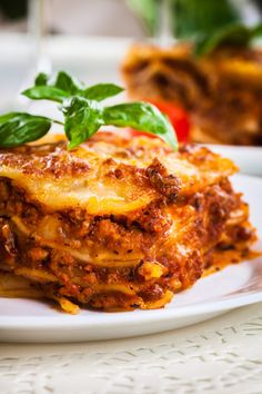 Insanely Easy Crockpot Lasagna Did you know that you can make a delicious lasagna, that's easy to make? This crockpot lasagna recipe is absolutely amazing and so easy to make. Now your family can enjoy lasagna without you putting hours of work into it. Cottage Cheese Lasagna Recipe, Easy Lasagna Recipe With Ricotta, Cheesy Lasagna Recipe, Classic Lasagna Recipe, Homemade Lasagna, Mini Lasagne, Low Carb Brasil, Slow Cooker Lasagna, Comfort Food