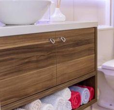 Móveis de Banheiro sob medida, com puxador cromado e sentido do veio da madeira linear.