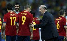 De España, Vicente del Bosque habla con Fernando Torres antes del inicio de la prórroga de su partido de fútbol de semifinales Confederaciones contra Italia en el Estadio Castelao en Fortaleza