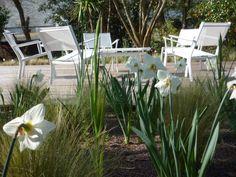 #Terrasse réalisée par OYAT avec fauteuils bas et table basse #Costa #Blanc coton #Fermob / #white