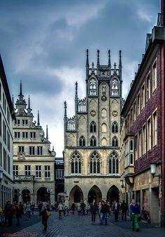 Die kreisfreie Stadt Münster (niederdeutsch Mönster, lateinisch Monasterium) in Westfalen mit 300.000 Einwohnern ist Sitz des gleichnamigen Regierungsbezirks im Bundesland Nordrhein-Westfalen und zugleich Oberzentrum des Münsterlandes. Von 1815 bis 1946 war Münster Hauptstadt der damaligen preußischen Provinz Westfalen. Die Stadt an der Münsterschen Aa liegt zwischen Dortmund und Osnabrück im Zentrum des Münsterlandes.   Seit 1915 hat Münster offiziell den Status einer Großstadt. Mit rund…