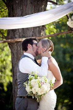 first kiss, outdoor wedding, summer wedding