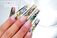 Nombre de diseño en uñas (mails): Translucent, Sutiles reflejos de color. Trabajo de: FN Fashionable Nails. Técnica: Mano Alzada. Retoque: 2 semanas. Nivel de trabajo: avanzado. Evento: Graduaciones y Quince Años. Revista: Profesionales de las Uñas.