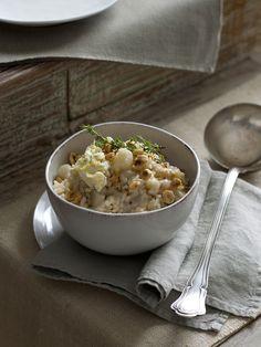 Cucina con Sale&Pepe questo raffinato risotto che abbina il topinambur alle nocciole.