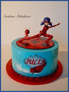Lady Bug cake. Tarta infantil. Figuras de azúcar modelado a mano.
