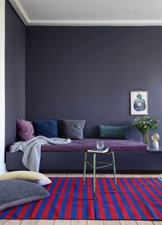 How to add the impossible Ultra Violet& Pantone color of the year 2018 in your home? Here are French By Design approved Ultra Violet interiors. Diy Sofa, Diy Daybed, Best Home Interior Design, Luxury Homes Interior, Interior Design Inspiration, Retail Interior, Color Violeta, Colour Architecture, Purple Interior