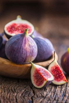 How to Make Easy and Delicious Honey-Roasted Figs This quick and easy roasted figs recipe is sure to be another appetizer that you will make on a regular basis, especially if you love the taste of figs. Easy Dinners For Two, Easy Healthy Dinners, Easy Healthy Recipes, Dinner Healthy, Fruit And Veg, Fruits And Veggies, Fig Fruit, Health Benefits Of Figs, Roasted Figs
