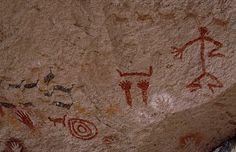 Pinturas rupestres de Cueva de las Manos (Río Pinturas, Argentina, cerca de 9000 años de antigüedad). Representan esquemáticamente a un hombre y a grupos de animales; también se observan otros símbolos, destacadamente las manos que dan el nombre al lugar. Esta forma de arte prehistórico, aunque es un testimonio valiosísimo para la reconstrucción del pasado, no es una fuente histórica, sino arqueológica.