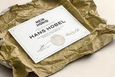 """""""Mein Honig"""" is ein persönliches Projekt 5 meiner Freunde und mir. Gekrübelt und designt wird in Wien, geimkert in einem Naturschutzgebiet in Oberösterreich. Es begann als meine Diplomarbeit für Grafik Design, hat sich danach aber noch stark weiterentwickelt & verändert. Mittlerweile ist """"Mein Honig"""" ein fester Bestandteil in meinem Leben und an meinem Frühstückstisch. Ich [...]"""