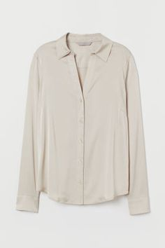 Freshen your look with a crisp new shirt or blouse from H&M. Shop online for classic white shirts, camisoles and more in a variety of colors and textures. Blouse Col V, V Neck Blouse, Classic White Shirt, H&m Women, Shirt Blouses, Shirts, Work Casual, Fashion Company, Lady