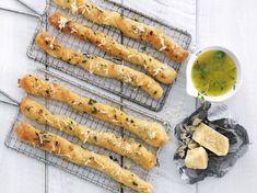 Myke brødpinner med hvitløk, urter og parmesan - BREMYKT Bread Recipes, Cooking Recipes, Recipe Boards, Bread Baking, Parmesan, Tapas, Carrots, Nom Nom, Dinner Recipes