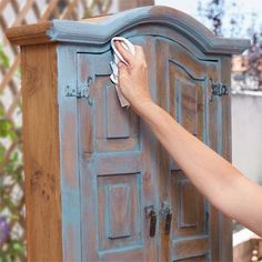 How to Create a Color Wash Patina on Furniture – Diy Möbel Refurbished Furniture, Upcycled Furniture, Furniture Projects, Furniture Makeover, Furniture Design, House Furniture, How To Shabby Chic Furniture, Garden Furniture, Rustic Painted Furniture