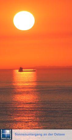Schiff vor dem Horizont... http://diego-film.de/ ... #schiff #meer #sonnenuntergang #sonne #urlaub #ferien #ostsee #sea