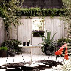 Contemporary Garden Fence Create Privacy in the Outdoor Area — Home Inspirations Contemporary Garden Fence Create Privacy in the Outdoor Area Urban Garden Design, Small Garden Design, Backyard Fences, Garden Fencing, Fence Landscaping, Garden Path, Outdoor Rooms, Outdoor Living, Outdoor Decor