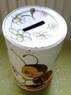Make your own money bank from an old cappuccino-can. Make Your Own, How To Make, Good Cause, Diy And Crafts, Upcycle, Canning, Tableware, Projects, Post